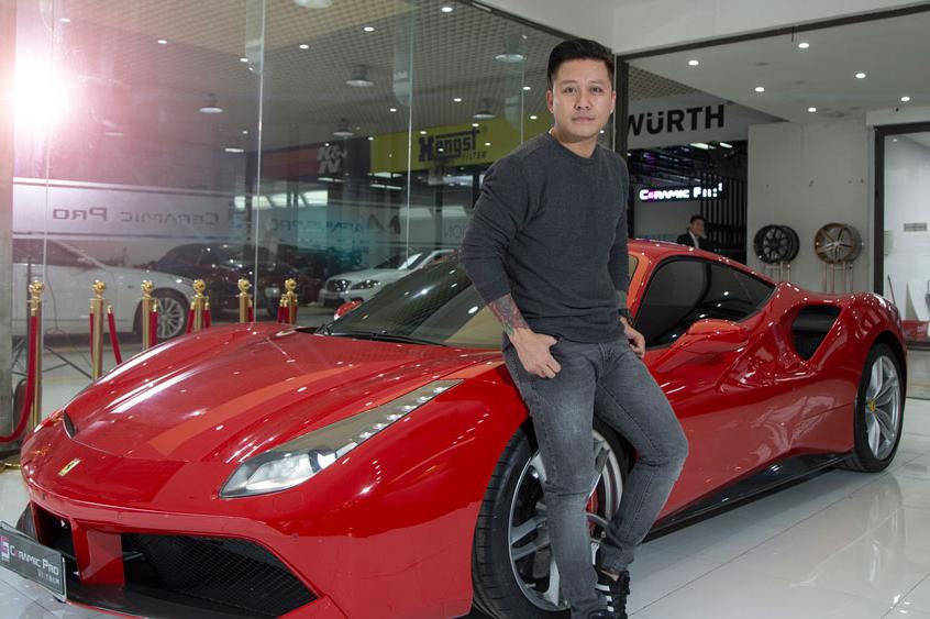 Ca sĩ Tuấn Hưng bên chiếc siêu xe của mình